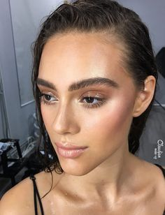 Since its appearance on the runways a couple of years ago, the WET LOOK has been making victims all over the planet. Is it so hard to do? Find out here! Makeup Is Life, Makeup Eye Looks, Glowy Makeup, Natural Makeup, Beach Makeup, Summer Makeup, Bridal Hair And Makeup, Hair Makeup, Makeup Art