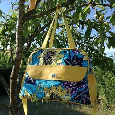 eleo.passion Je vous présente mon premier sac à langer avec de belles couleurs de l'été.  Issu des patrons de @patrons_sacotin, il est en wax et simili cuir, avec prénom en simili cousu sur l'avant et est accompagné d'un matelas à langer en microfibre bambou et coton enduit.