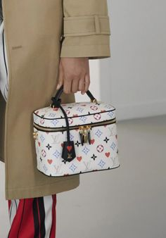 Louis Vuitton New Bags, Pochette Louis Vuitton, France Outfits, Big Bags, Purses And Handbags, Fashion Show, Vogue, Collection, Catwalk