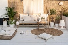 Loving this open space with the clean white Pallet Patio Furniture, Rattan Furniture, Outdoor Furniture Sets, Ideas Terraza, Outdoor Lounge, Outdoor Decor, Small Courtyard Gardens, Living Room Decor Inspiration, Patio Design