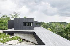 Cette habitation familiale nommée « La Héronnière » est une création de l'architecte canadien Alain Carle qui vit et travaille à Montréal.  Cette résidence se trouve à Wentworth-Nord au Québec. De part ses couleurs et son architecture, elle semble jaillir de la nature comme pourrait le faire des roches. L'utilisation massive de bois à l'extérieur mais aussi à l'intérieur, associé au béton et au métal, lui confère un design sculptural et contemporain. Ce...