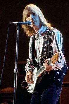 Tom Petty performs in February 1977 in Los Angeles, California Tom Petty, Travelling Wilburys, Legendary Singers, I Love Music, Rock Legends, Stevie Nicks, Rock N Roll, Like4like, Toms