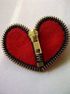 Aprende como crear un original broche hecho de zippers (cremalleras) y un poco de fieltro. Materiales: zippers o cremalleras de dientes metá...