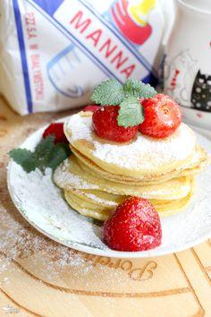 Waniliowe placki z kaszy manny z truskawkami | Słodkie okruszki Pancakes, Breakfast, Recipes, Food, Morning Coffee, Recipies, Essen, Pancake, Meals