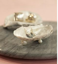 60 Different Shell Crafts for your Collected Beach Treasures {Saturday Inspiration & Ideas} - bystephanielynn Oyster shell soap dish with pearls Oyster Shell Crafts, Oyster Shells, Sea Shells, Sand Crafts, Beach Crafts, Nature Crafts, Summer Crafts, Paper Crafts, Seashell Art