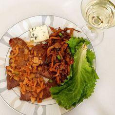 Almoço de domingo #lowcarb e completamente delicioso:  Shimeji na manteiga bife com creme de leite fresco cebola alho e sal uma fatia de gorgonzola e alface.  Para acompanhar: uma refrescante taça de vinho branco . . . . #LowCarbHighFat #paleo #delicious #lchf #instafood #senhortanquinho #controleseucorpo