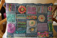 Customize E Seja Feliz - Level 2 - Jeans Sewing Crafts, Sewing Projects, Diy Clutch, Denim Ideas, Pouch Pattern, Recycle Jeans, Tips & Tricks, Recycled Denim, Patchwork Bags