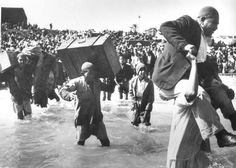 A gut wrenching photo from 1948 shows that Palestinians were literally 'FORCED  into the sea'.