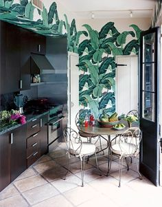 The Iconic Banana Leaf Wallpaper at the Beverly Hills Hotel The Original Martinique Wallpaper - Beverly Hills Wallpaper revisited by . Look Wallpaper, Palm Wallpaper, Kitchen Wallpaper, Beautiful Wallpaper, Leaves Wallpaper, Classic Wallpaper, Tropical Wallpaper, Thema Hawaii, Home Interior
