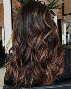 Caramel Highlights For Brunettes Caramel Highlights, Brunette Highlights, Brown Hair With Highlights, Brown Hair Cuts, Dark Brown, Long Hair Styles, Cut And Style, New Hair Colors, Beauty