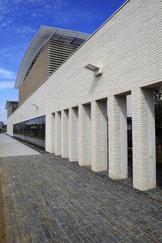Ladrillo Caravista de Gran Formato LYCEUM, modelo Blanco K2 de Piera Ecoceramica en fachada y divisorias interiores. Skyscraper, Multi Story Building, Model, White People, Interiors, Skyscrapers