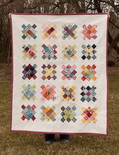granny squares quilt R Stevens Old Quilts, Scrappy Quilts, Easy Quilts, Granny Square Quilt, Granny Squares, Beginning Quilting, Quilt Display, Patch Quilt, Fabric Scraps