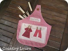 Country Laura: FINALMENTE... IL MIO PORTAMOLLETTE! Clothespin Bag, Peg Bag, Plastic Bag Holders, Wooden Clothespins, Quilted Bag, Pin Cushions, Sewing Hacks, Arts And Crafts, Diy
