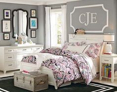 Airy and girly bedroom design that is perfect for teen girls. Simple but so elegant and gorgeous wall decor above the bed.
