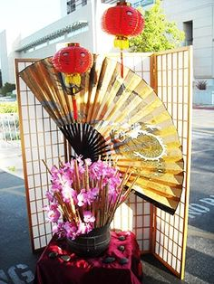 Katie your fan could come in handy for this little set up Asian Party Decorations, Asian Party Themes, Chinese New Year Decorations, New Years Decorations, Party Ideas, Chinese Birthday, Chinese Party, Japanese Party, Chinese Theme