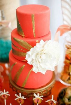 Coral and gold wedding cake Coral Gold Weddings, Coral Wedding Cakes, Wedding Cake Designs, Wedding Colors, Coral Cake, Peach Weddings, Pretty Cakes, Beautiful Cakes, Amazing Cakes