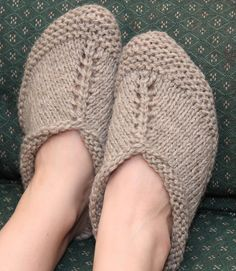 These slippers are worked in a long strip that folds over the top of the foot. The cast-on makes the cuff edge, the back of the heel is seamed closed, and the stitches are joined at the center of the sole with a three-needle bind-off. Baby Hats Knitting, Knitting Socks, Free Knitting, Knit Slippers Free Pattern, Knitted Slippers, Slipper Socks, Easy Knitting Patterns, Knitting Projects, Knitted Blankets