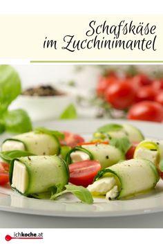 Man nehme Zucchinischeiben, etwas Feta-Käse rollt es zusammen und toppt alles mit Tomaten, frischem Basilikum und einer selbst angerührten würzigen Sauce - that's it -  unser wunderbar leichtes Sommergericht ist zum Verputzen bereit! Weil die einfachsten Dinge, einfach die BESTEN sind! Guten Appetit! 😀👍😍 Zucchini, Snacks Für Party, Cucumber, Vegetables, Easy Summer Meals, Vegetarian Recipes, Finger Foods, Plastering, Vegetable Recipes