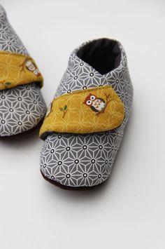 SUR DEMANDE - Chaussons croisés en tissus japonais asanoha gris et coton moutarde : Mode Bébé par mamzelle-angele