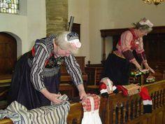 Marker dames leggen kleding klaar #NoordHolland #Marken