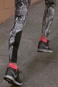 Take flight in tights. Enhance your distance running with a bold pattern. The Nike Epic Lux Printed Tight.