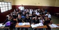 O professor Reginald Sikhwari é fotografado com a sua turma em uma escola de Soweto, na África do Sul. A foto faz parte de um ensaio divulgado nesta quarta (30) pela agência Reuters. Ao todo, são 47 imagens de salas de aula em diferentes países. Elas fazem parte de uma ação para o Dia dos Professores e mostram as condições de trabalho de docentes em diferentes lugares do mundo