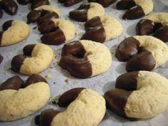Das perfekte Plätzchen: Marzipan Kipferl-Rezept mit Bild und einfacher Schritt-für-Schritt-Anleitung: Marzipan in kleine Stücke hacken und mit Ei, Butter…