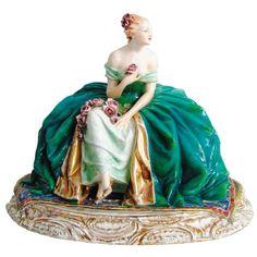 """Guido Cacciapuoti (1892-1953) - Escultura art-deco, em porcelana italiana policromada, representando """"Dama com flores"""". Med. 35x45,5x30,5cm."""