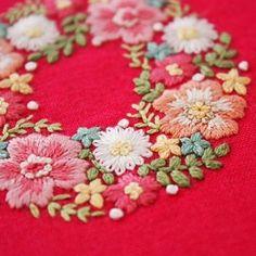 2016.12.5 . ラッキーカラーがピンクなので、見ているだけでも元気が出そうです . . #刺繍#手刺繍#ステッチ#手芸#embroidery#handembroidery#stitching#자수#broderie#bordado#вишивка#stickerei#花の刺繍#ピンク#リース