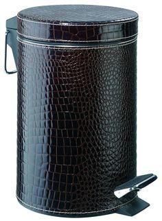 Das braune Kroko-Kunstleder sieht tatsächlich aus wie echtes Leder. Der Treteimer aus Edelstahl ist vollflächig mit Kunstleder bezogen, der herausnehmbare Einsatz ist aus Kunststoff.