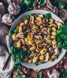 Knusprig gebratene Gnocchi mit Knoblauch-Pilzen und Pinienkerne (vegan) – Bianca Zapatka
