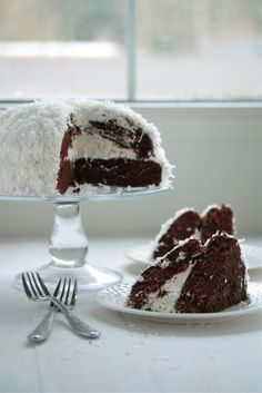 Sno-Ball Cake by Country Cleaver. The real life size version of your favorite Hostess Sno-Ball cakes. This tastes just like the original but is so much more fun! Baking Recipes, Cake Recipes, Dessert Recipes, Dessert Ideas, Just Desserts, Delicious Desserts, Brownies, Cupcake Cakes, Cupcakes