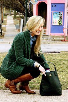 Acheter la tenue sur Lookastic:  https://lookastic.fr/mode-femme/tenues/cardigan-a-col-chale-pull-a-col-en-v-chemise-en-jean-leggings-bottes-hauteur-genou-sac-fourre-tout-montre-boucles-d-oreilles/4586  — Boucles d'oreilles blanches  — Chemise en jean bleue  — Pull à col en v pourpre  — Montre dorée  — Leggings noirs  — Bottes hauteur genou en cuir brunes  — Cardigan à col châle vert foncé  — Sac fourre-tout en cuir vert foncé