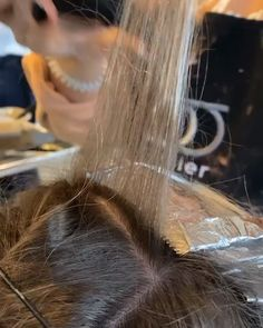 incubated in foils = major lift & an even blend. ✨ Watch to get up close and personal with this demonstrated by . Want to be featured? Make sure to mention in your caption and tag us! Hair Cutting Techniques, Hair Color Techniques, Hair Color And Cut, Cool Hair Color, Hair Color Placement, Blonde Hair At Home, Hair Foils, Colored Hair Tips, Queen Hair