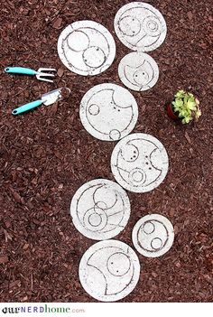 Geek up your yard. Make some DIY Doctor Who stepping stones. - Geek up your yard. Make some DIY Doctor Who stepping stones. Doctor Who Decor, Doctor Who Craft, Diy Doctor, Nerd Crafts, Diy Crafts, Cool Diy Projects, Backyard Projects, Garden Projects, Dr Who