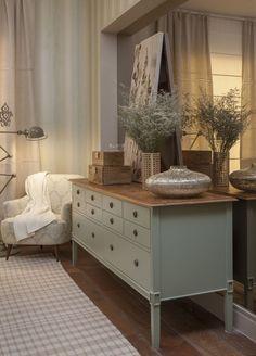 """""""Refúgio do casal Laura e Cristina Bezamat criaram um ambiente aconchegante para que um casal possa descansar. Toques elegantes, como a cabeceira inglesa e a cômoda Saint Martin, completam os 14 m² do cômodo."""" No Casa Vogue"""
