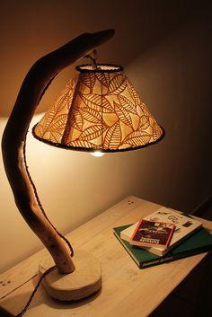 """""""Luna"""": lampada da tavolo in legno di mare con base in pietra leccese sagomata a scalpello. Paralume rivestito di carta di gelso e passamaneria in feltro intrecciato."""