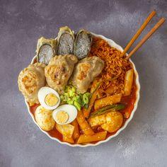 Tteokbokki - Korean rice cakes in chili sauce via FoodPorn on May 01 2019 at K Food, Food Porn, Real Food Recipes, Yummy Food, Healthy Food, Korean Street Food, South Korean Food, Food Goals, Aesthetic Food