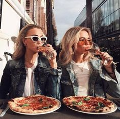 There's no one like your BFF! Check out these BFF pictures & bestie poses ideas Bff Pics, Photos Bff, Bff Pictures, Best Friend Pictures, Friend Photos, Italy Pictures, Shooting Photo Amis, Best Friend Fotos, Shotting Photo