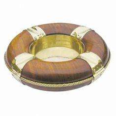 Maritimer Aschenbecher aus Holz und Messing als dekorativer Rettungsring für die Zigarette an Bord.
