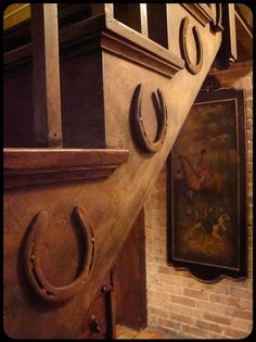 Cute idea to decorate your home or barn stairs. Horseshoe Crafts, Horseshoe Art, Lucky Horseshoe, Horseshoe Wedding, Horseshoe Ideas, Country Decor, Rustic Decor, Vintage Western Decor, Rustic Design