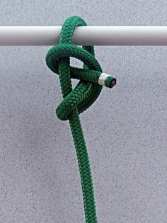 Buntline Hitch – Boating Safety Tips, Tricks & Thoughts from Captnmike Survival Knots, Survival Skills, Rope Knots, Macrame Knots, Sailing Knots, Best Knots, Knots Guide, Overhand Knot, Nautical Knots
