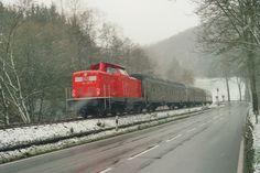 2001.12.16.  Die 212-358 fährt im Schneetreiben von Erndtebrück nach Bad Laasphe