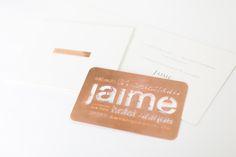 O nome de cada convidado vem gravado em uma plaquinha de metal cobre em uma versão mini do convite para a festa!