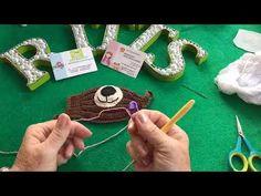 Veja como fazer máscara de crochê para proteção da boca e nariz, além de gráficos e videos ensinando passo a passo modelo infantil e adulto. Crochet Case, Free Crochet, Washer Necklace, Triangle, Alice, Pattern, Stuff To Buy, Crochet Bedspread Pattern, Boutique Hair Bows