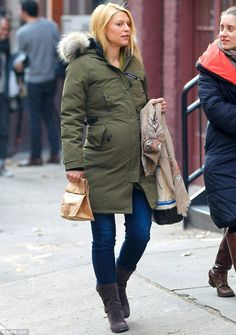 Canada Goose worn by Claire Danes Fashion Week Paris, Milan Fashion Weeks, New York Fashion, Claire Danes, Canada Goose Parka, Canada Goose Jackets, Kensington Parka, New Yorker Mode, Friend Outfits