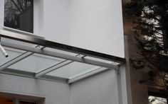 Vordach aus weiß lackiertem Stahl und Sicherheitsglas