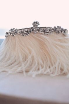 La carterita blanca con plumas para la boda - The little white feather wedding clutch Bridal Clutch, Wedding Clutch, Bridal Accessories, Fashion Accessories, Jewelry Accessories, Vintage Accessoires, Fru Fru, Vintage Purses, Vintage Clutch