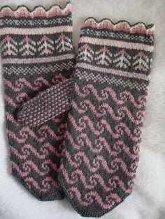 "wannafelt's ""First Latvian Mittens"" < Free pattern & helpful tweeks / rav Fingerless Gloves Knitted, Knit Mittens, Knitting Socks, Fair Isle Knitting, Hand Knitting, Knitted Hats, Knitting Designs, Knitting Patterns Free, Knitting Projects"
