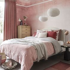 Coral bedroom with marble-effect wallpaper